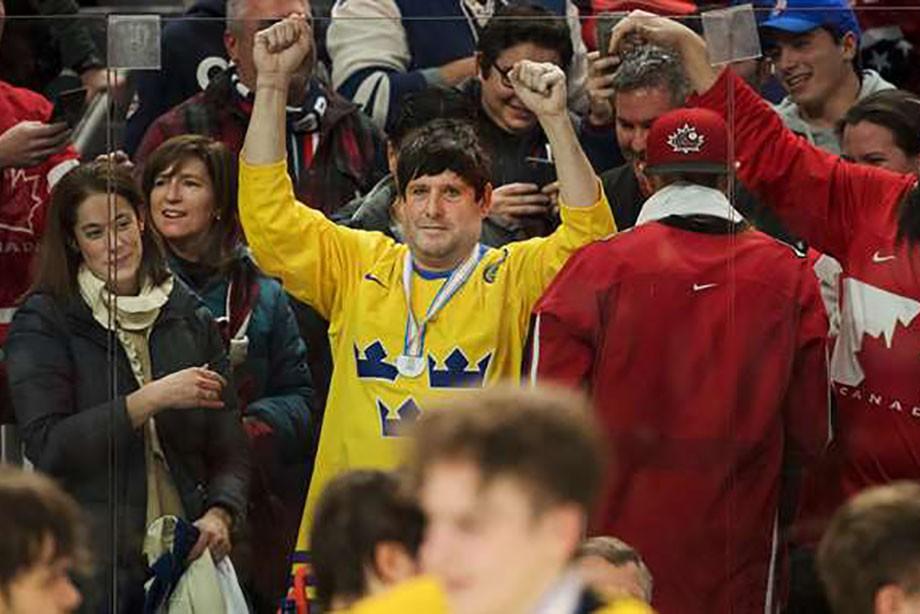 Шведский хоккеист расстроился после поражения изапустил медаль вболельщиков