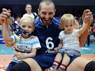 Артем Ермаков с детьми Харламом и Варей