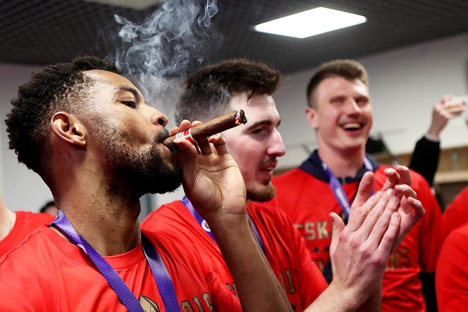 Как ЦСКА праздновал победу в Единой лиге ВТБ. Лучшие фото из раздевалки