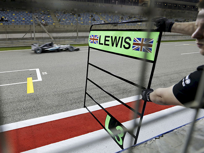 Льюис Хэмилтон выиграл квалификацию Гран-при Бахрейна