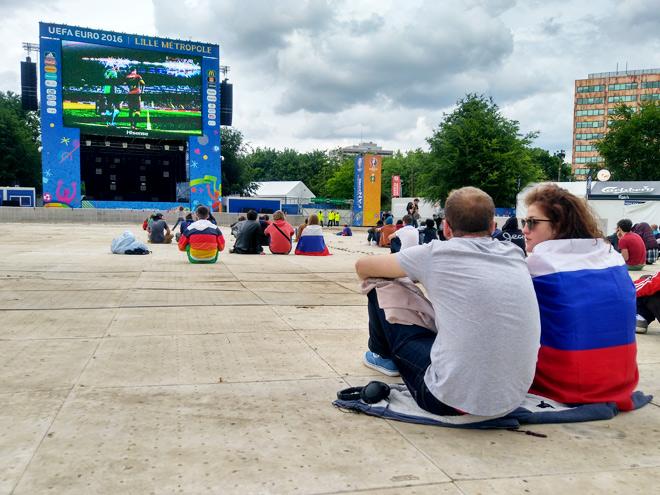 Тысяча фанатов посмотрела матч Россия – Словакия на большом экране в Лилле
