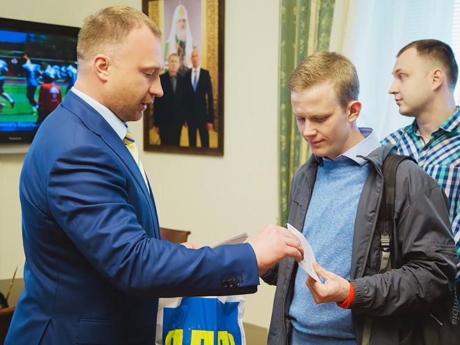 Игорь Лебедев вручает билеты