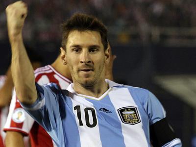 Лионель Месси в матче против Парагвая
