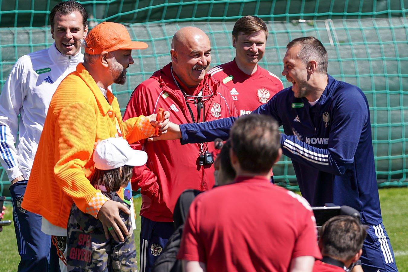 Киркоров пробил пенальти на тренировке сборной России, на воротах был Дзюба. Видео