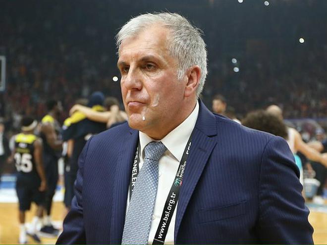 Фанат «Галатасарая» прыснул йогуртом в тренера «Фенербахче» Обрадовича