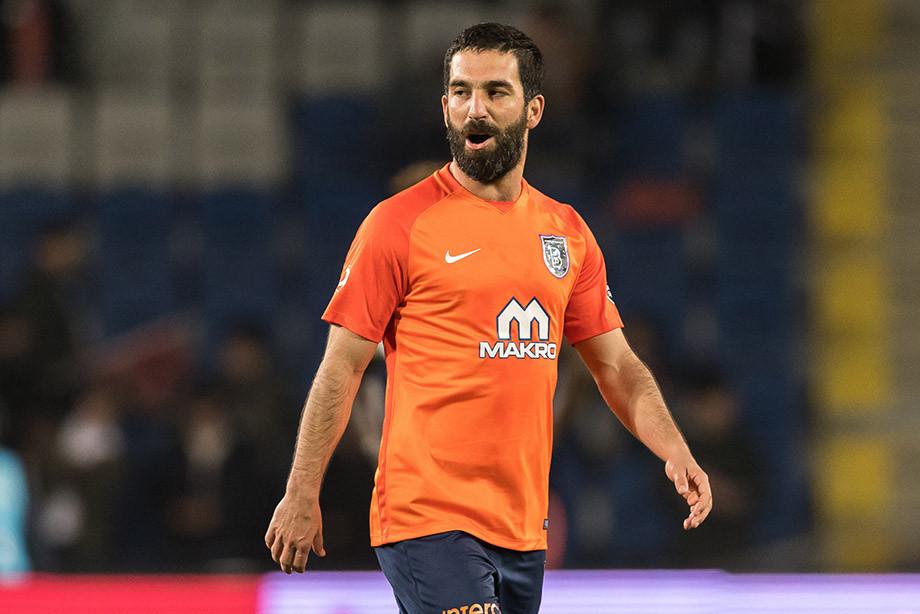 Капитан сборной Турции пофутболу избил певца вночном клубе