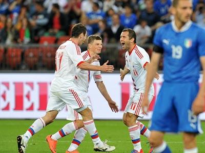 Сборная России празднует гол в ворота Италии