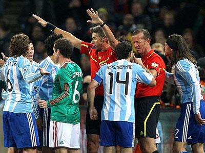 ФИФА смягчила позицию по судейству