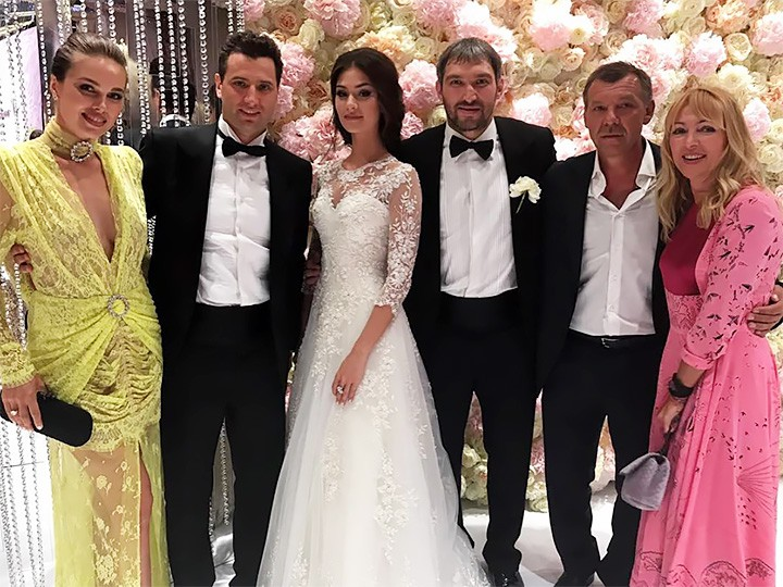 https://img.championat.com/news/big/g/i/zvjozdnye-gosti-na-svadbe-ovechkina-i-shubskoj-samye-jarkie-foto-i-video_1499530111984787078.jpg