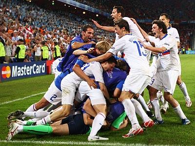 Россияне празднуют гол в ворота нидерландцев