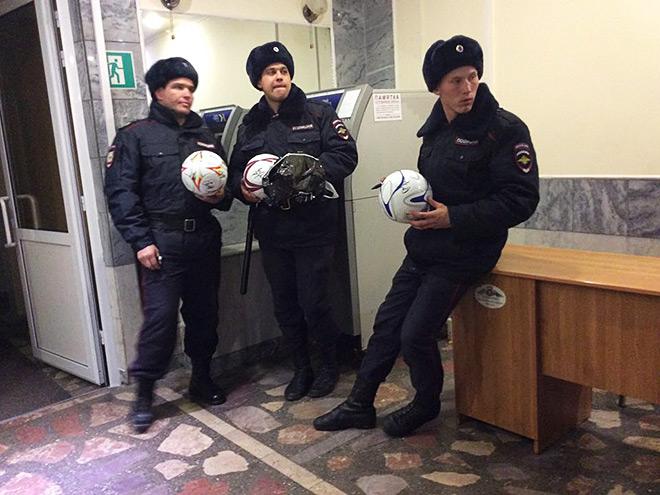 Полицейские, мячи, банкомат и стол