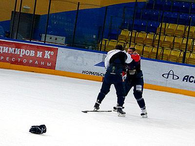 Хоккейный матч между хоккеистами и болельщиками в Красноярске