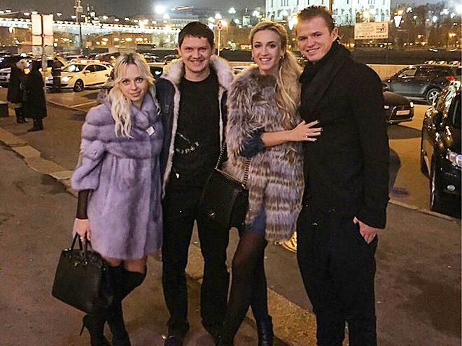 Михалик и Тарасов с жёнами