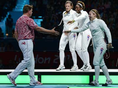 Александр Глазунов поздравляет соперниц с победой