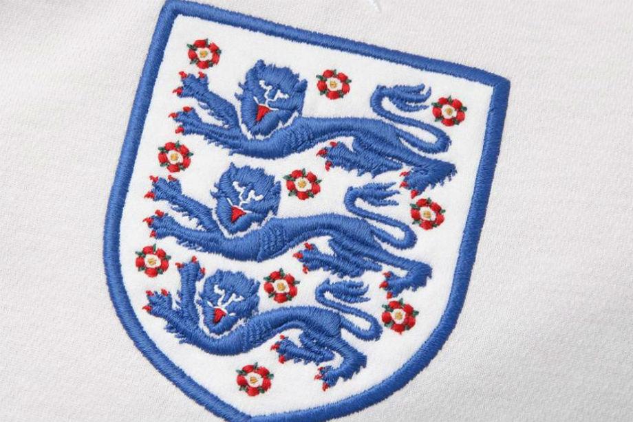 Почему на английских футболках три льва? И при чём тут смерть короля?