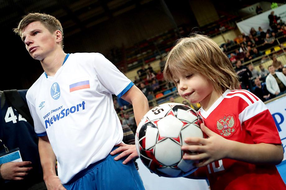 Россия чуть не проиграла сборной мира. Как прошёл первый день Кубка Легенд