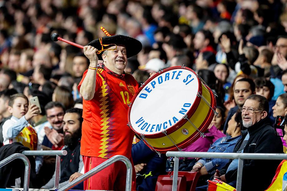 Картинки по запросу ЧМ-2018: ФИФА разрешила испанскому болельщику пронести в «Лужники» барабан