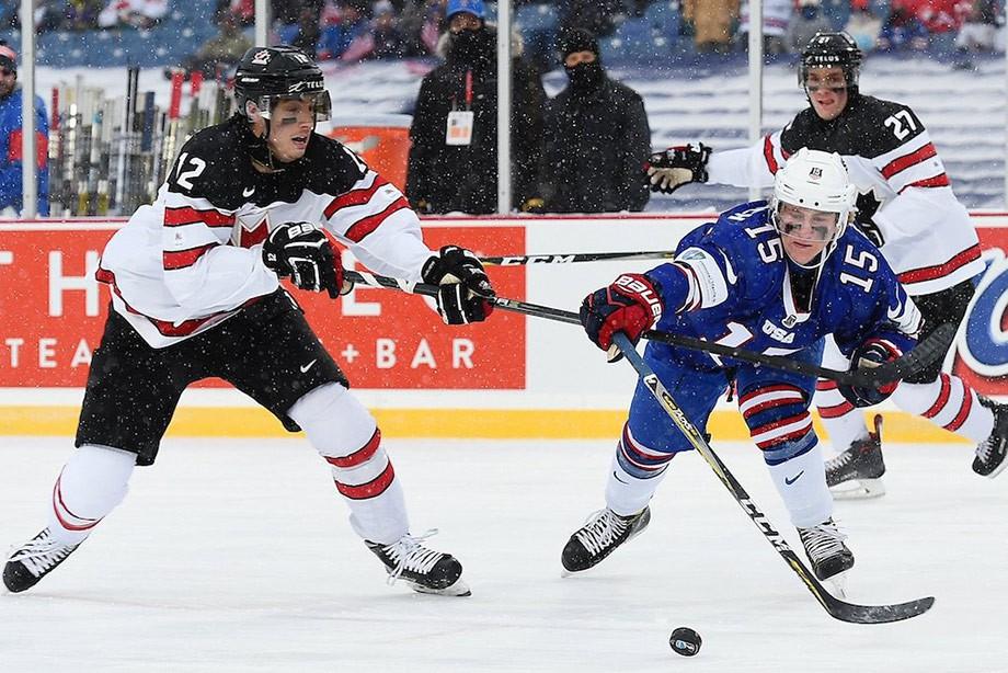 Американские хоккеисты побуллитам победили канадцев вматче МЧМ под открытым небом
