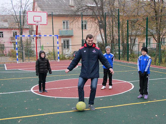 ХК ЦСКА подарил детям спортивную площадку