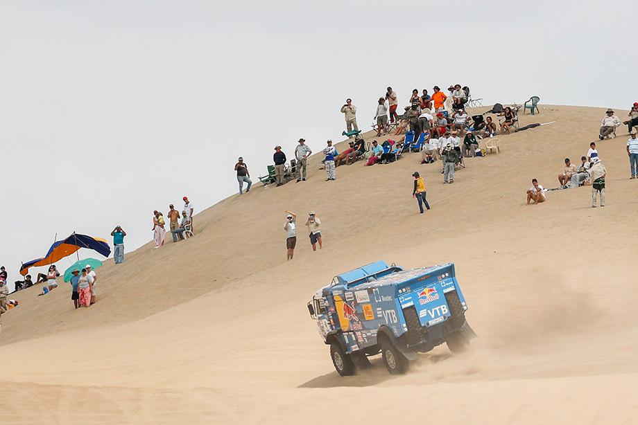 Зритель упал под колёса «КАМАЗа» – за это россиян выгнали с гонки