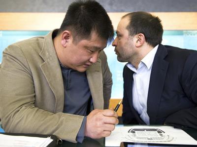 Александр Пак (слева)