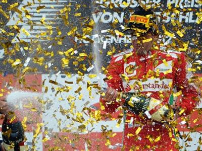 Фернандо Алонсо празднует победу