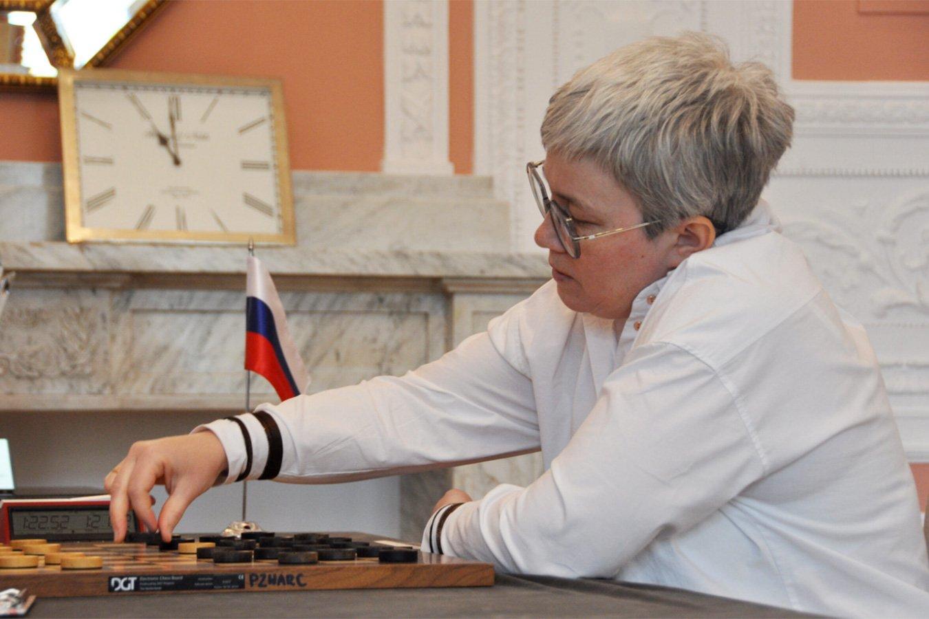 Ура! Чемпионка мира по шашкам Тансыккужина сфотографировалась с флагом России