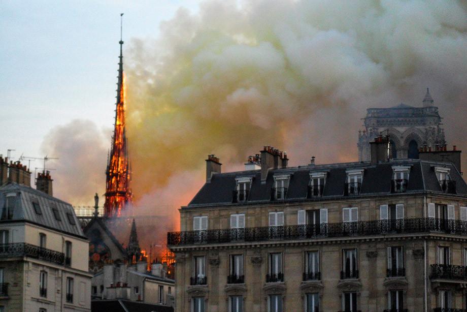 Charlie Hebdo выпустил карикатуру наМакрона после пожара всоборе Парижской Богоматери