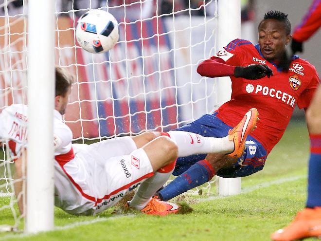 Муса забивает мяч в ворота «Спартака»