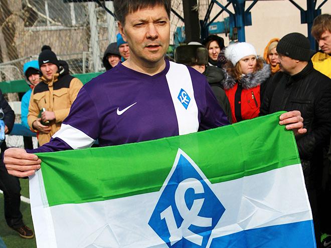Космонавт Олег Кононенко с флагом «Крыльев»