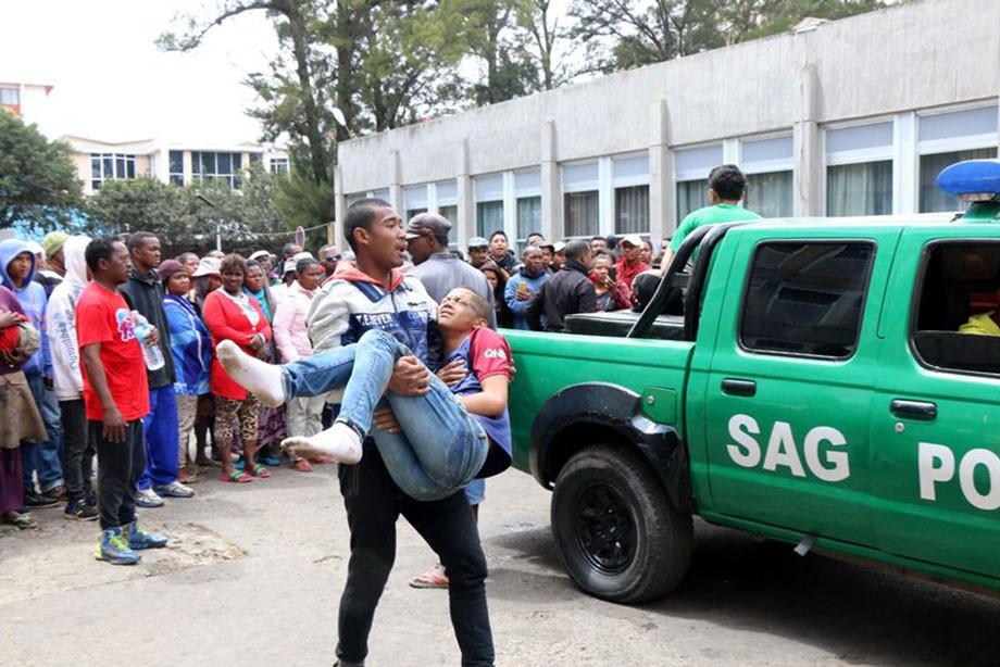 قبل از مسابقه در ماداگاسکار له عظیم بود. درگذشت یک مرد