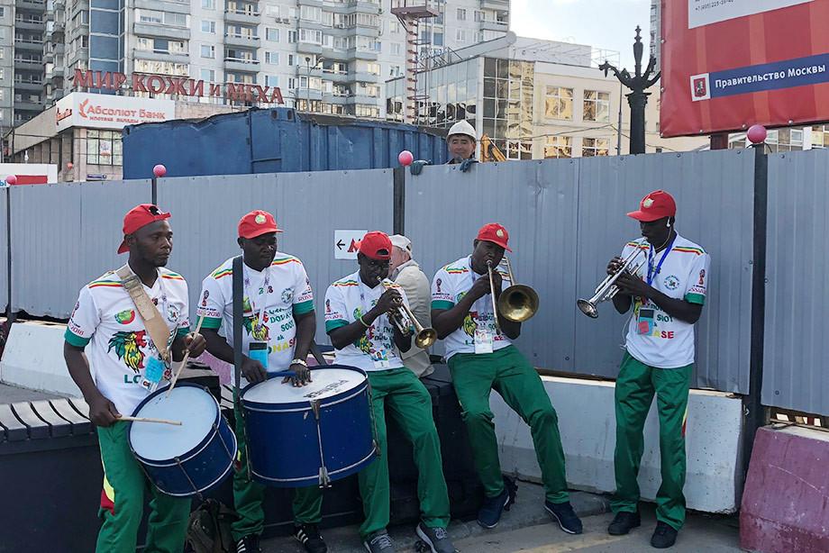 Сенегальцы играют «Калинку» посреди стройки. Чемпионат мира везде