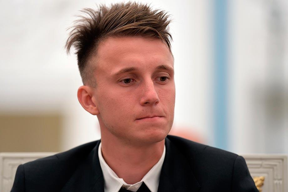 Александр Головин получил травму и перемещается накостылях