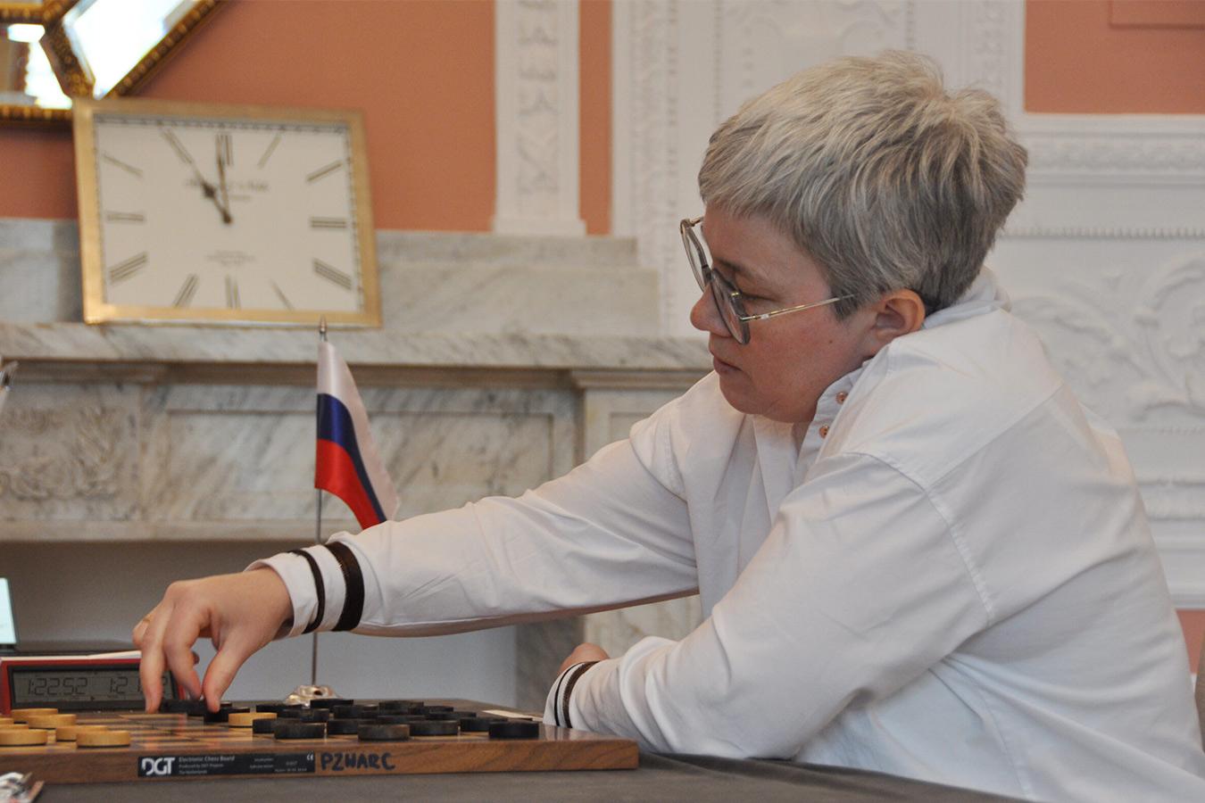Российская шашистка Тансыккужина отыграла 12 очков после скандала с флагом