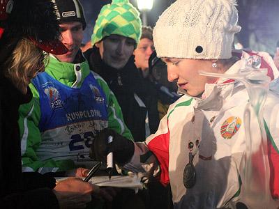 Дарья Домрачева раздает автографы