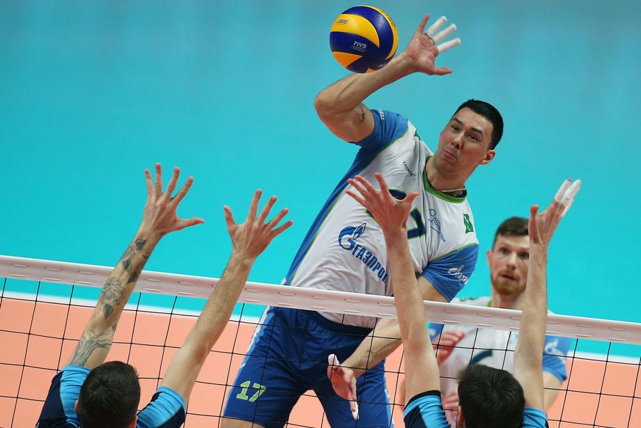 Алексей Сафонов (в центре)