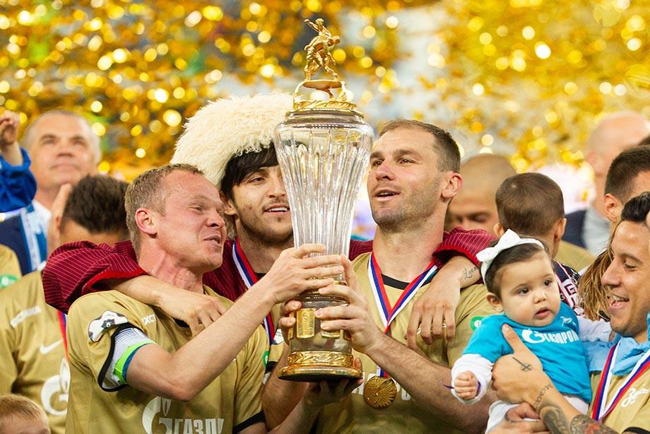 Анюков посвятил золото отцу, Дзюба исполнил мечту. Как праздновал «Зенит»