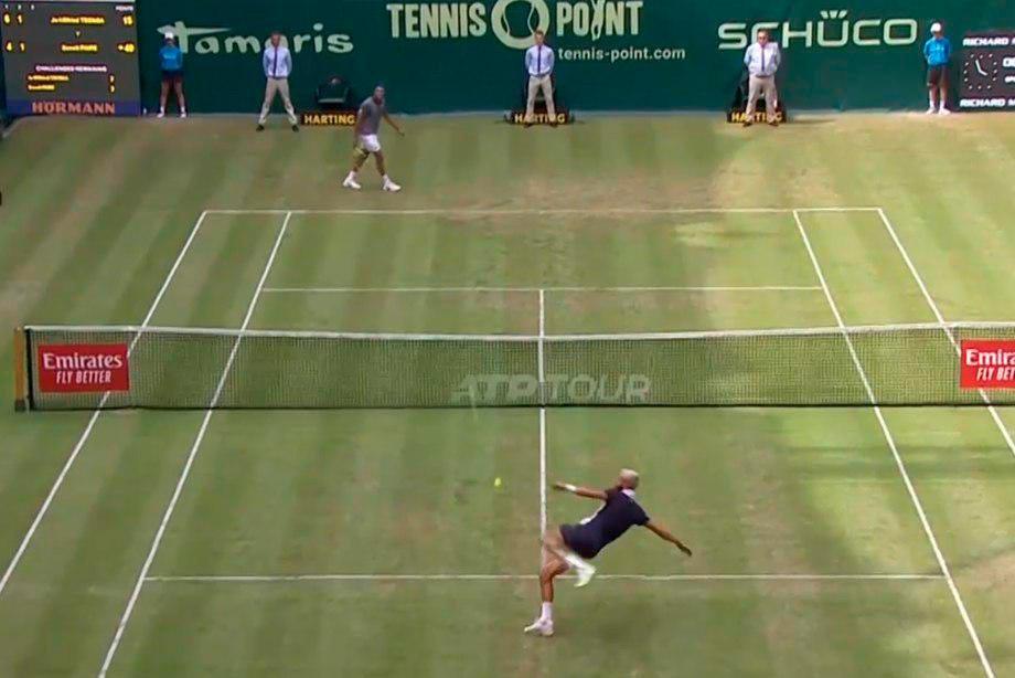 Невероятный розыгрыш в теннисе: игроки били мяч ногами, видео, как это было