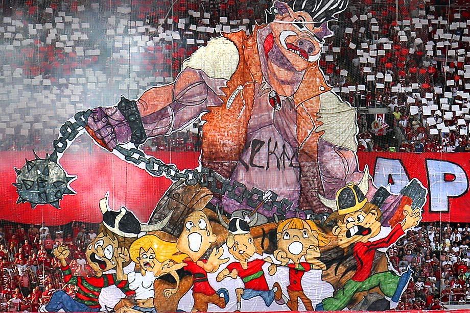 Фанаты «Спартака» каррерят, пугают и целуются. Как болели в столичном дерби