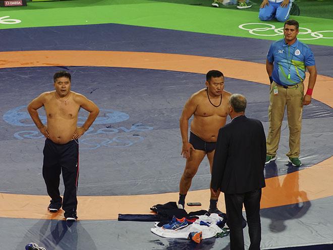 Два монгольских тренера по борьбе устроили стриптиз в знак протеста