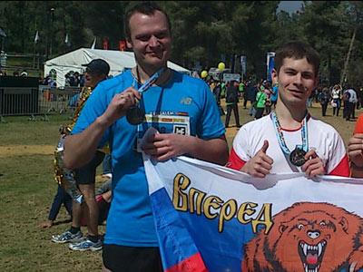 Александр Ромашкин (слева)