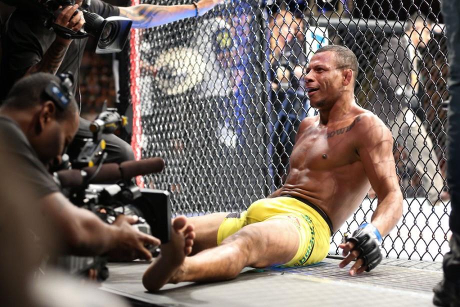 Боец UFC Оливейра избил бывшую жену и похитил пятимесячного ребёнка