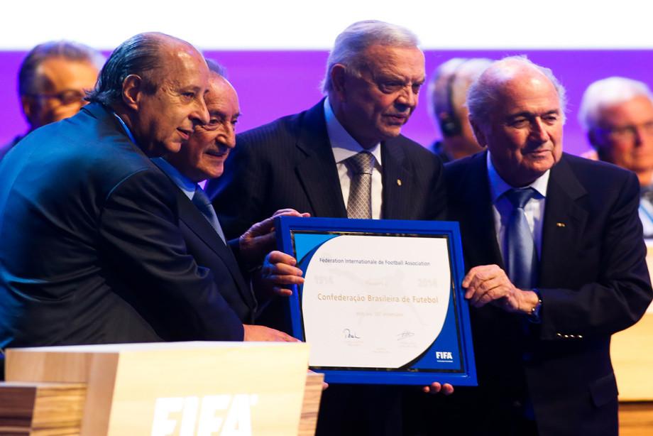 Хосе Мария Марин (в центре) и Йозеф Блаттер