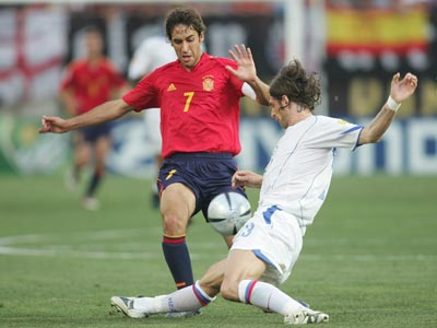 Роман Шаронов в борьбе с Раулем на Евро-2004