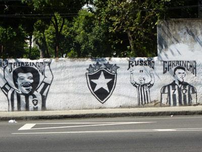 Граффити с обликами Гарринчи и Жаирзинью