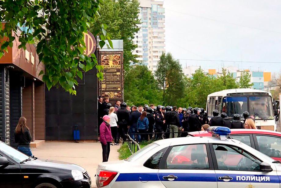 В Самаре массово задерживают фанатов «Локо»