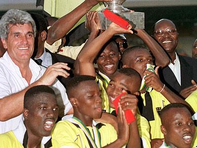 Жан-Марк Гийу (слева) в академии Кот-д'Ивуара. 1999 год