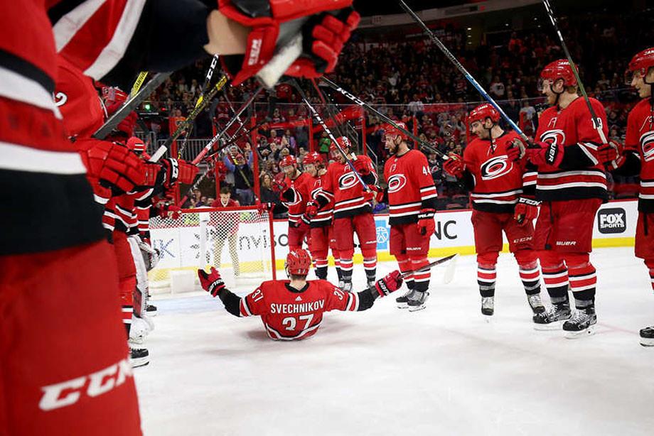 Как Свечников стал шайбой. Никто в НХЛ не празднует так, как «Каролина»