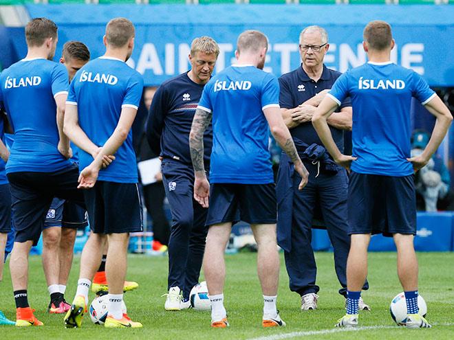 Ларс Лагербек с игроками сборной Исландии