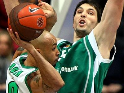 УНИКС проиграл «Панатинаикосу», но вышел в четвертьфинал Евролиги.